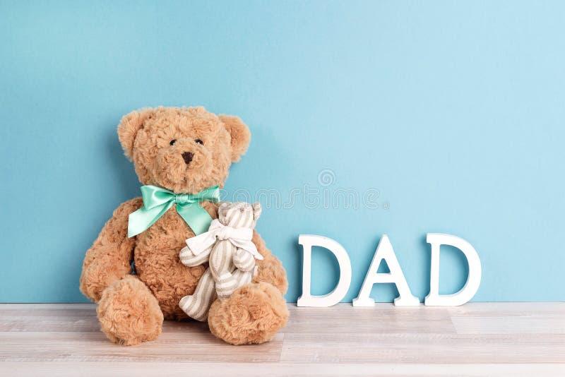 爸爸和孩子两头玩具熊蓝色背景的 日父亲s 免版税库存照片