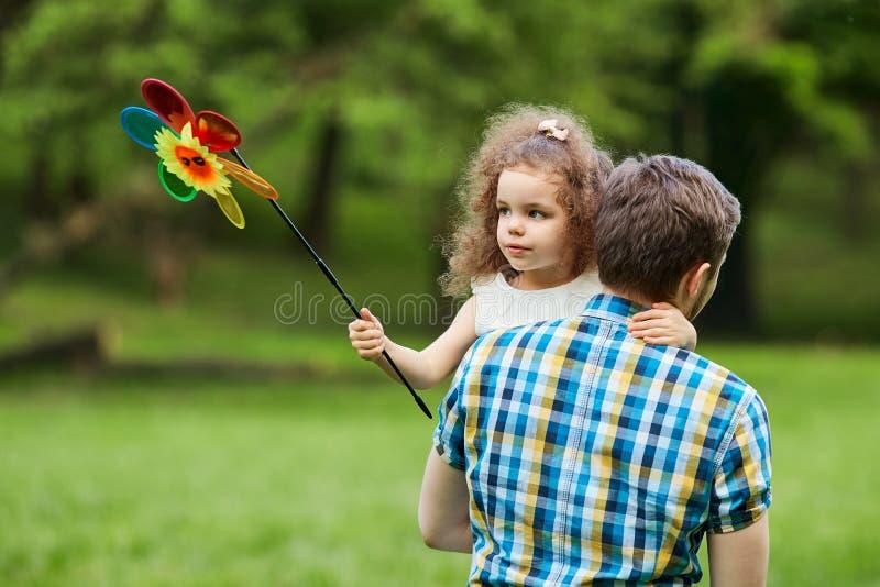 爸爸和孩子在公园走 库存照片