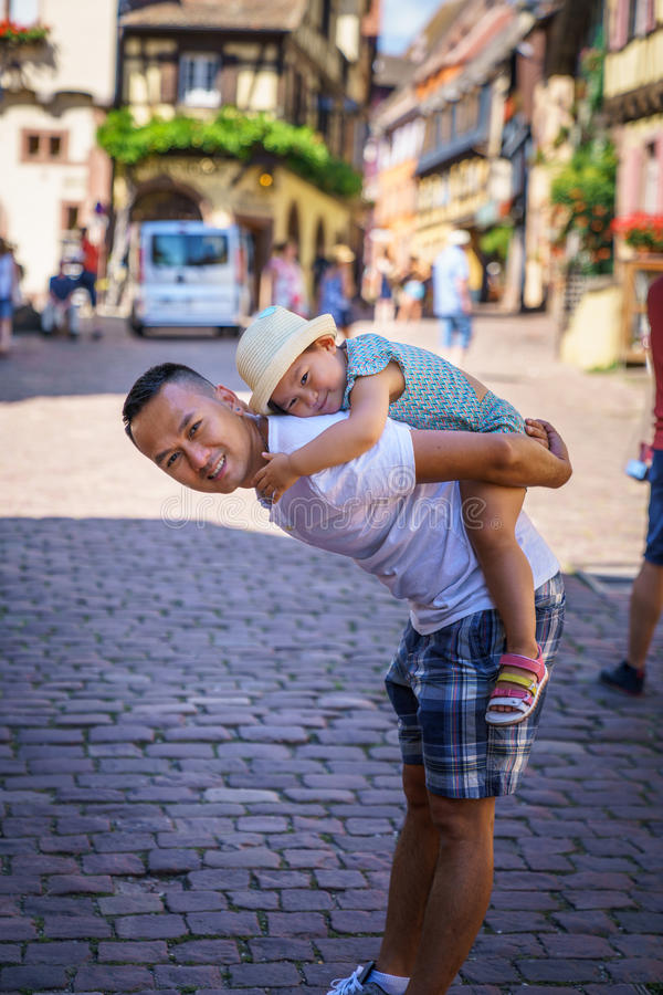 爸爸女孩她拥抱 免版税库存图片