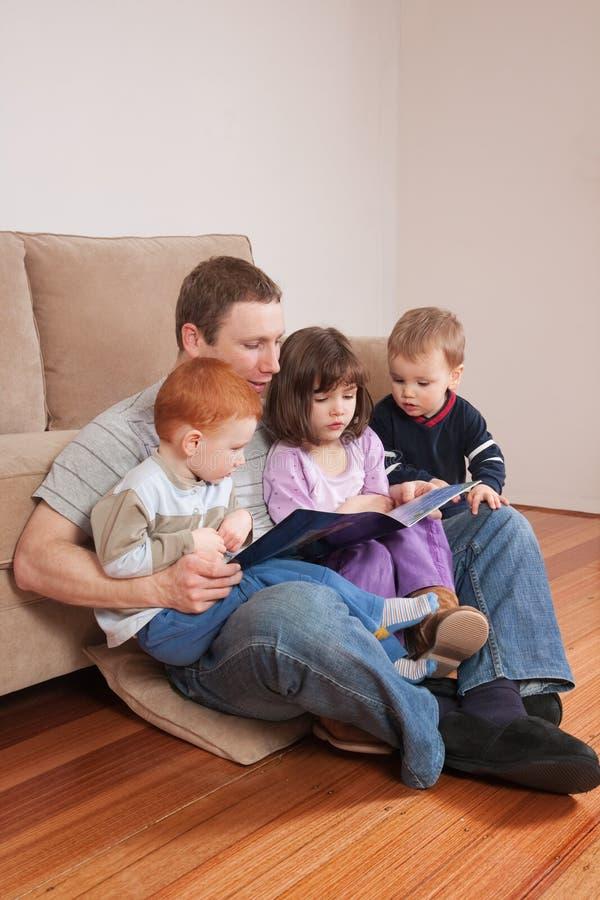 爸爸开玩笑读取故事 免版税库存照片