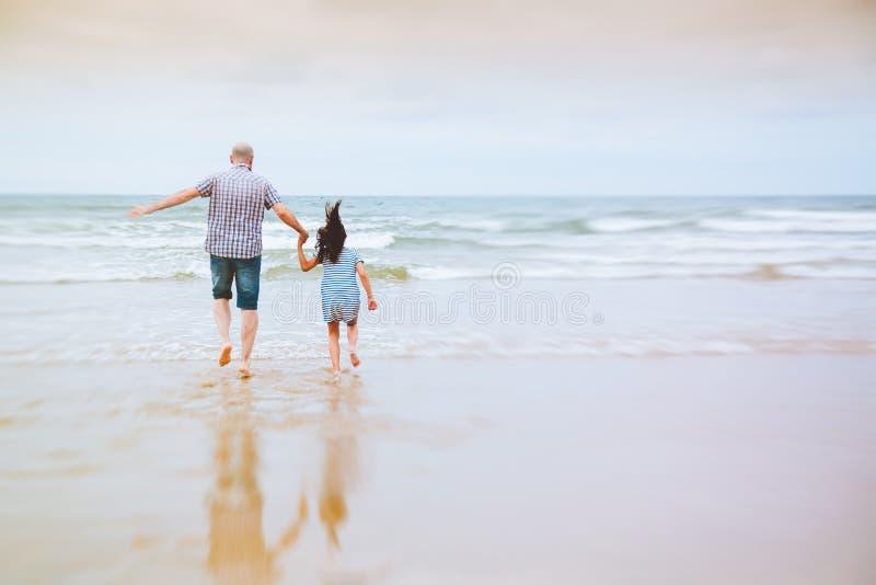 爸爸感觉象有他的女儿的孩子 免版税库存照片