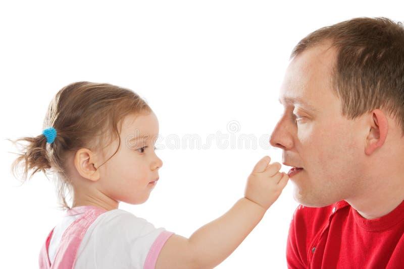 爸爸提供的女孩少许 免版税图库摄影