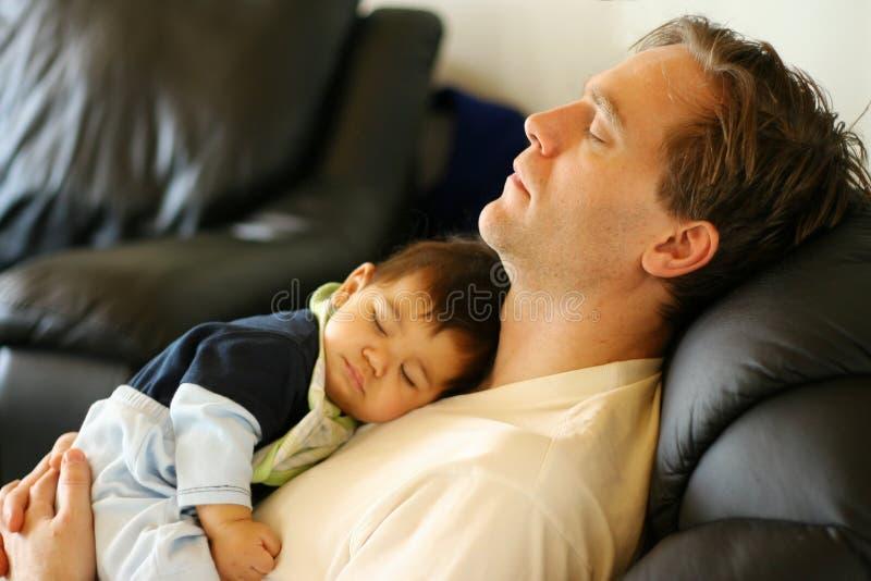 爸爸父亲重点休眠的儿子 免版税库存照片