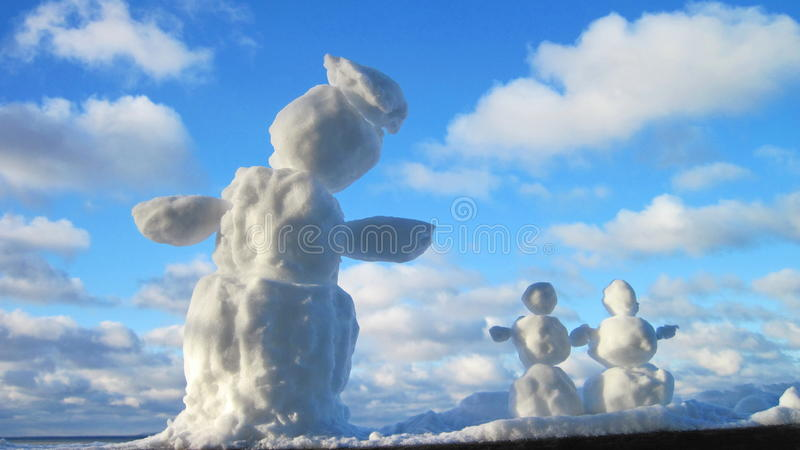 爸爸跌倒系列妈咪户外微笑的雪雪人儿子冬天 库存图片