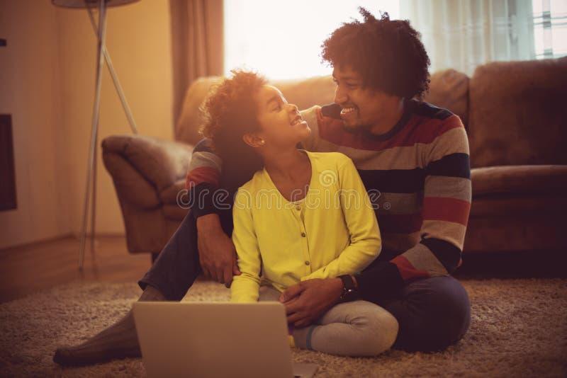 爸爸,教我关于技术的新的事 免版税库存图片