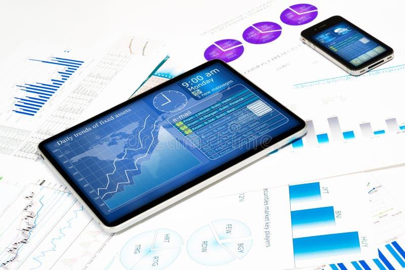 片剂、手机和财政文件 免版税库存图片
