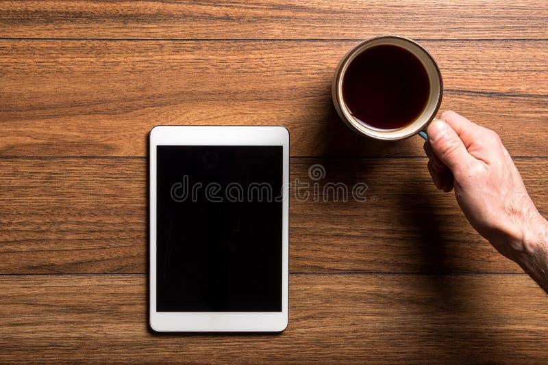 片剂和咖啡在木头 免版税库存照片