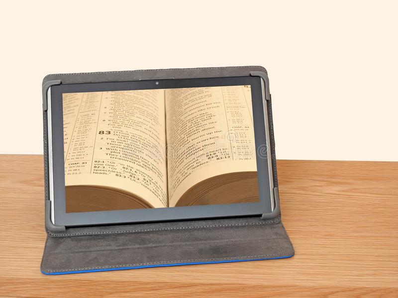 片剂在网上读设备的圣经 库存照片