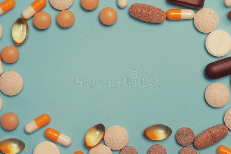 片剂框架 在蓝色背景的药片 被分类的配药医学药片、片剂和胶囊,健康宏指令 免版税图库摄影