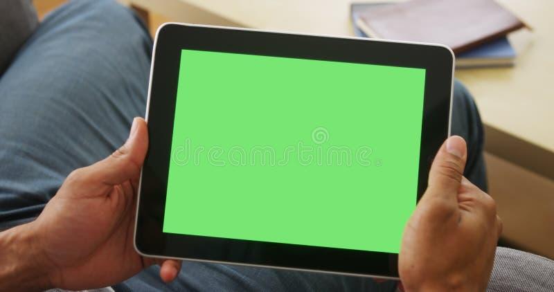 片剂特写镜头与greenscreen 库存图片