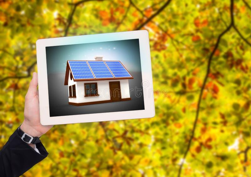 片剂的太阳电池板房子用女实业家手在公园 库存例证