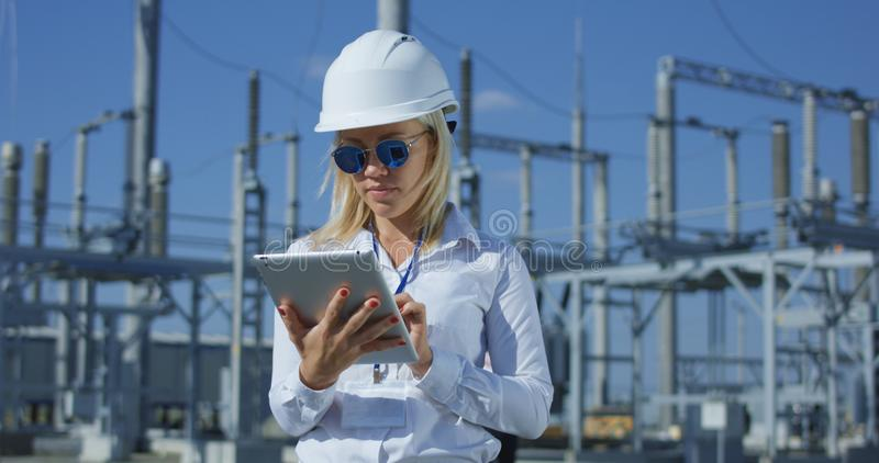 片剂的微笑的女性电子工作者 免版税库存图片