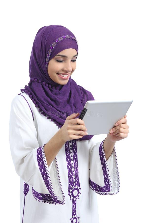 读片剂读者的阿拉伯妇女 免版税图库摄影