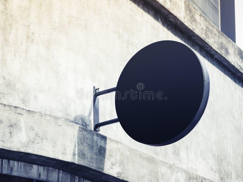 牌圈子形状空白标志显示的商店嘲笑在wal 库存照片