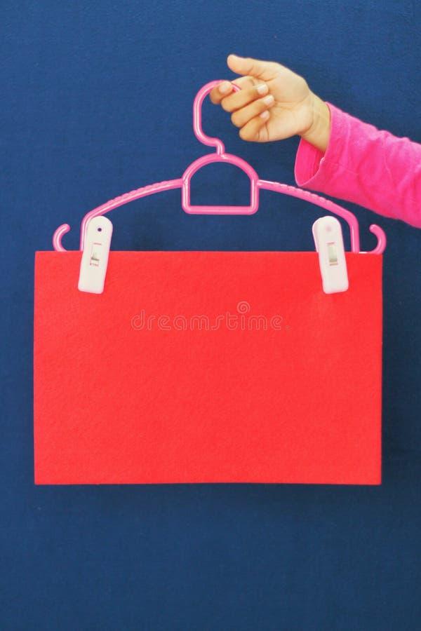 牌有红色背景 免版税库存图片