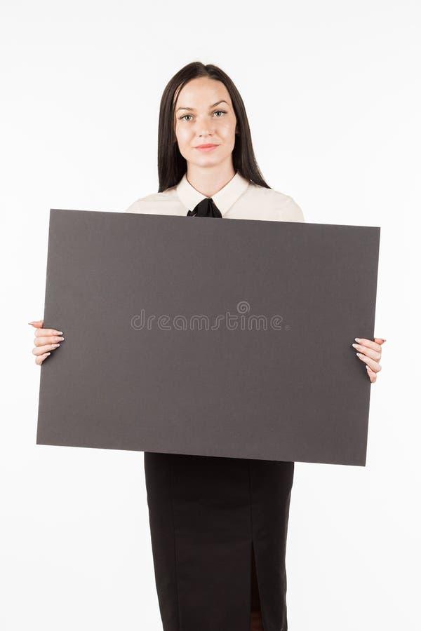 牌 有一张大黑卡片的女商人 在白色后面上 免版税库存图片