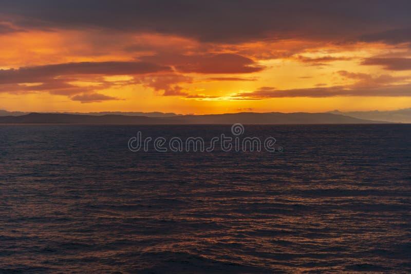 牙买加北岸的日落和雨云 免版税库存照片