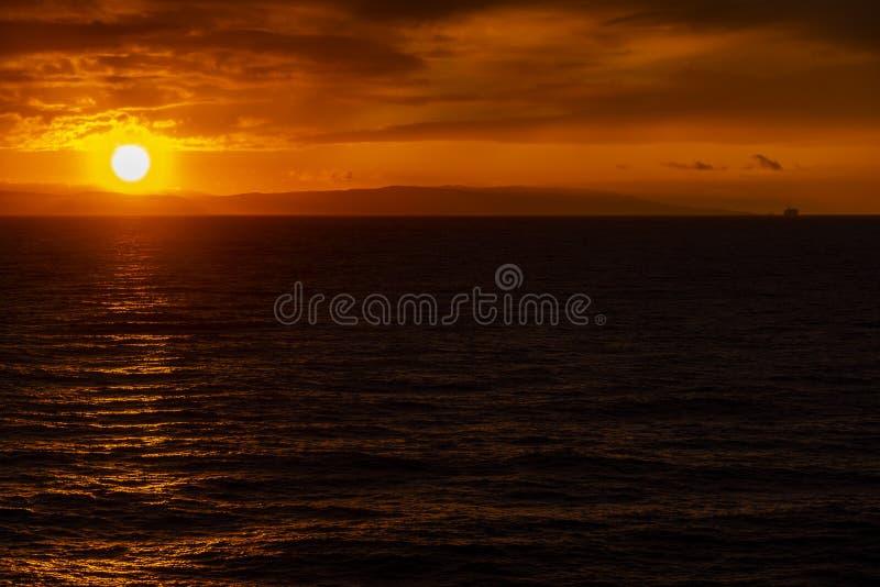 牙买加北岸的日落和雨云 库存照片