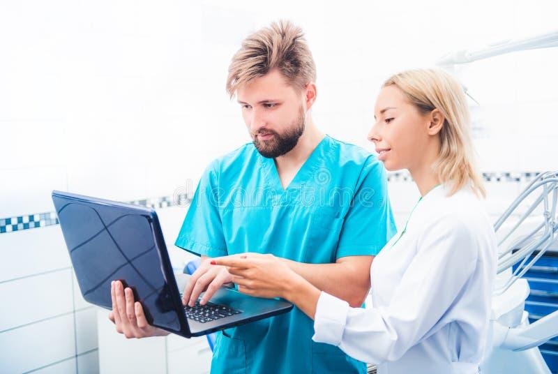 牙医与膝上型计算机一起使用 免版税库存照片