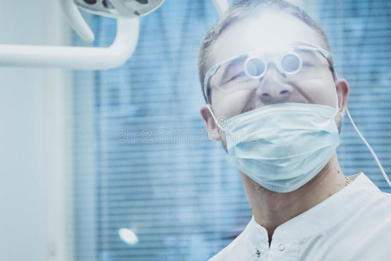 E 牙医医生在一个特别设备眼里发光 免版税库存照片