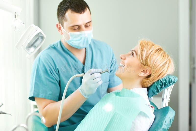 牙医对待耐心女孩的牙 库存图片