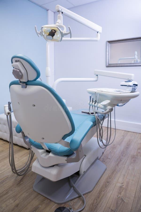 牙医椅子用在诊所的医疗设备 免版税图库摄影