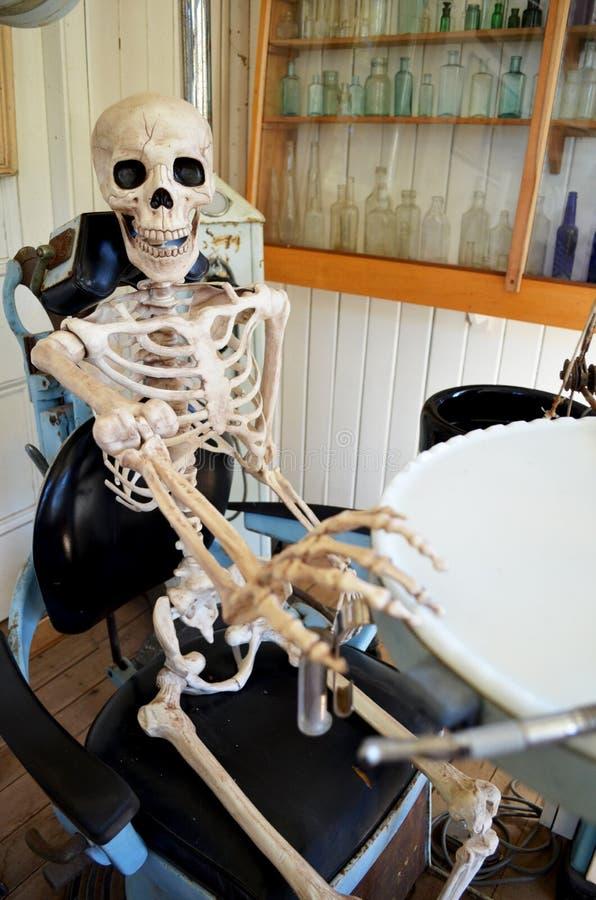 牙医椅子的害怕的人 库存图片