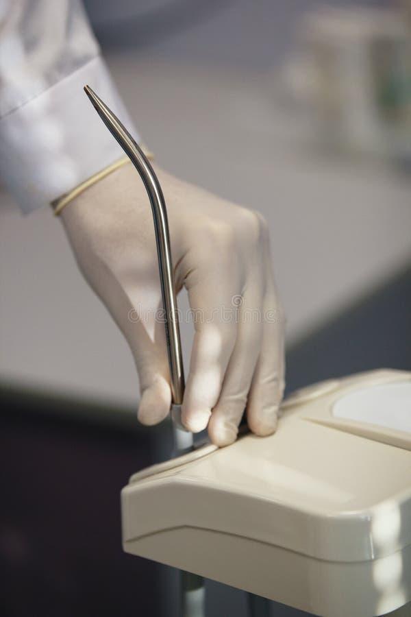 牙医用途专业口腔医学设备在手术屋子- salivator里 库存图片