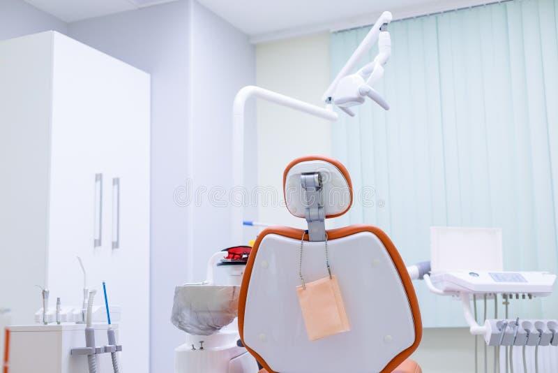 牙医的工具和等待专业牙科的椅子由orthodontistDental诊所interiot使用 有选择性 免版税库存照片