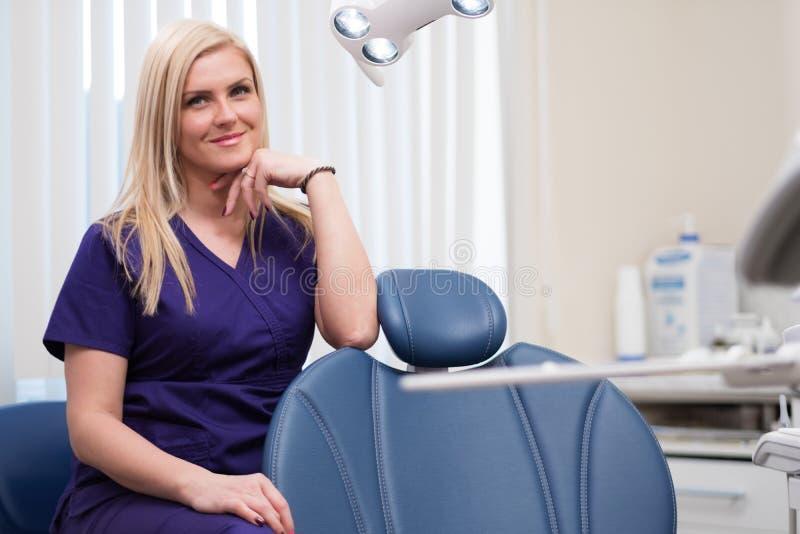 牙医的手术的年轻美丽的白肤金发的妇女牙医 库存图片