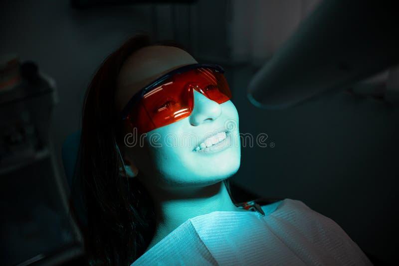 牙医的椅子的美丽,快乐的女孩 牙齿处理 牙齿的诊所 免版税库存照片