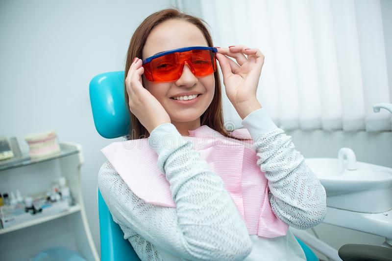 牙医的椅子的美丽,快乐的女孩 牙齿处理 牙齿的诊所 免版税库存图片