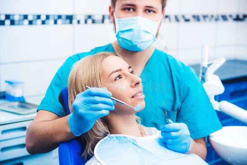 牙医examinating的女孩 免版税库存照片
