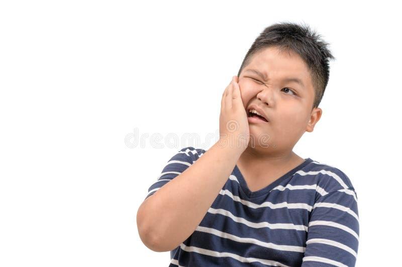 牙疼痛概念 肥胖男孩感觉的痛苦 免版税库存照片