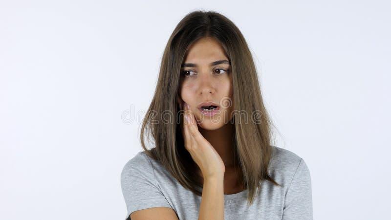 牙痛,美丽的女孩在痛苦,白色背景中在演播室 免版税库存照片