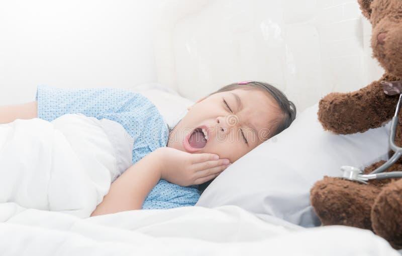 牙痛,遭受牙痛的哀伤的小女孩 免版税库存照片