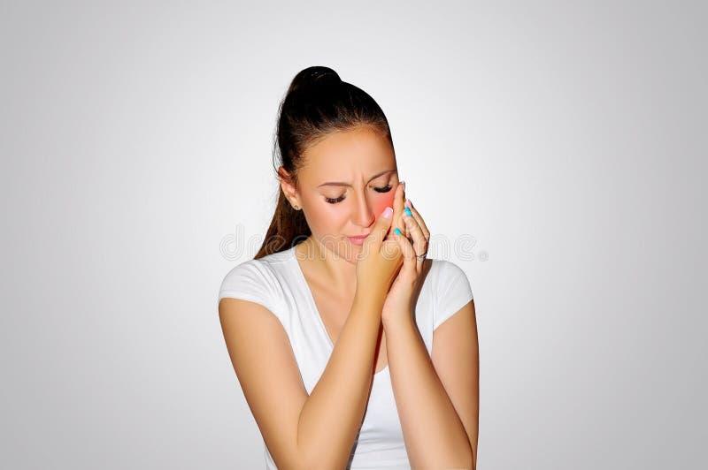 牙痛 牙问题 妇女感觉牙痛 遭受强的牙痛的美丽的哀伤的女孩特写镜头  有吸引力的fem 免版税库存图片