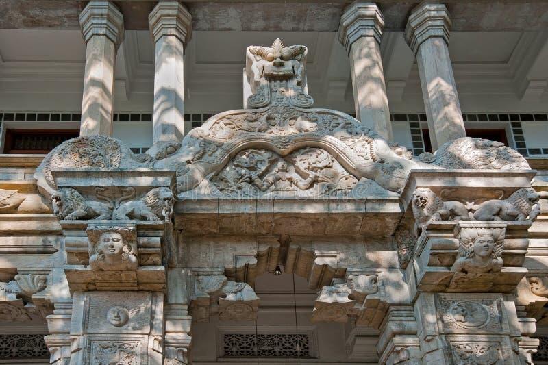 牙的寺庙的外面装饰在康提,斯里兰卡 免版税库存图片