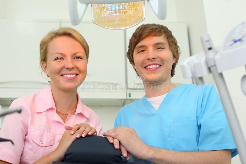 牙科医生在机柜坐牙齿诊所 库存图片