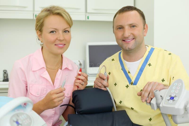 牙科医生暂挂在患者的椅子附近用工具加工 库存照片