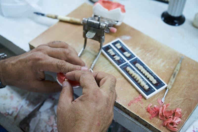 牙科技师牙医人与假牙一起使用 免版税库存照片