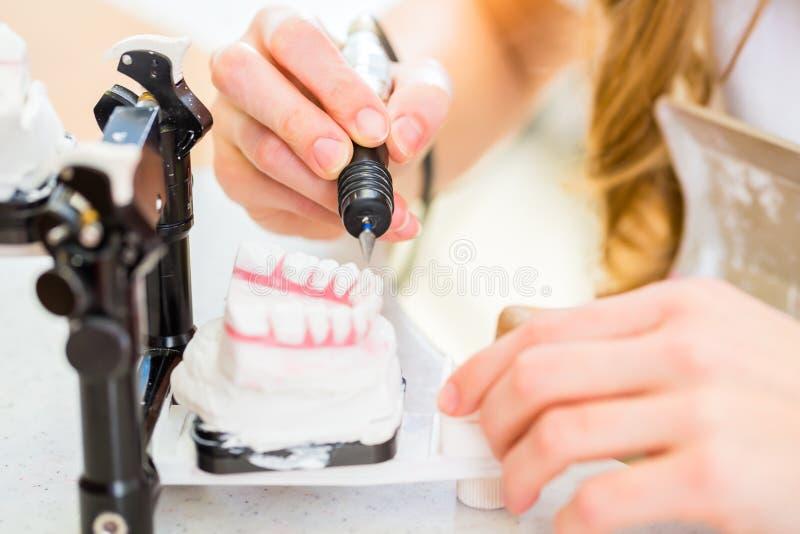 牙科技师生产假牙 图库摄影