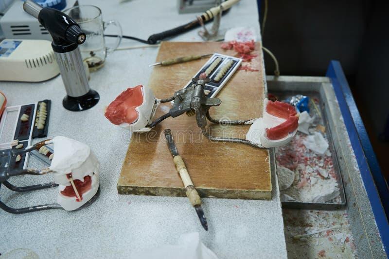 牙科设备在牙科实验室办公室桌里 免版税库存图片