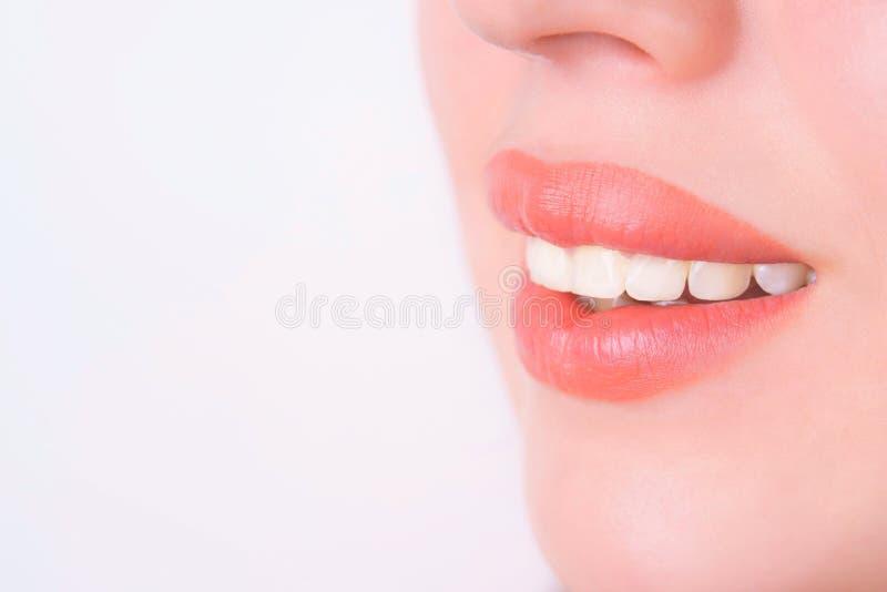 牙科,健康完善的白色牙 可爱的美好的微笑 免版税库存照片