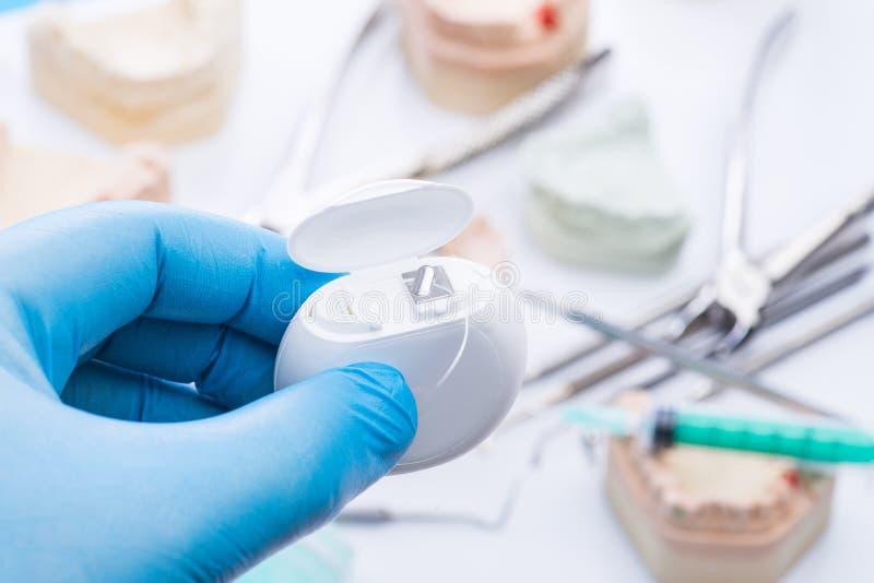 牙铸造和在白色桌上的基本的牙齿工具 免版税库存图片