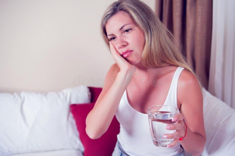 牙问题 妇女感觉牙痛 有吸引力的女性Feeli 免版税库存图片