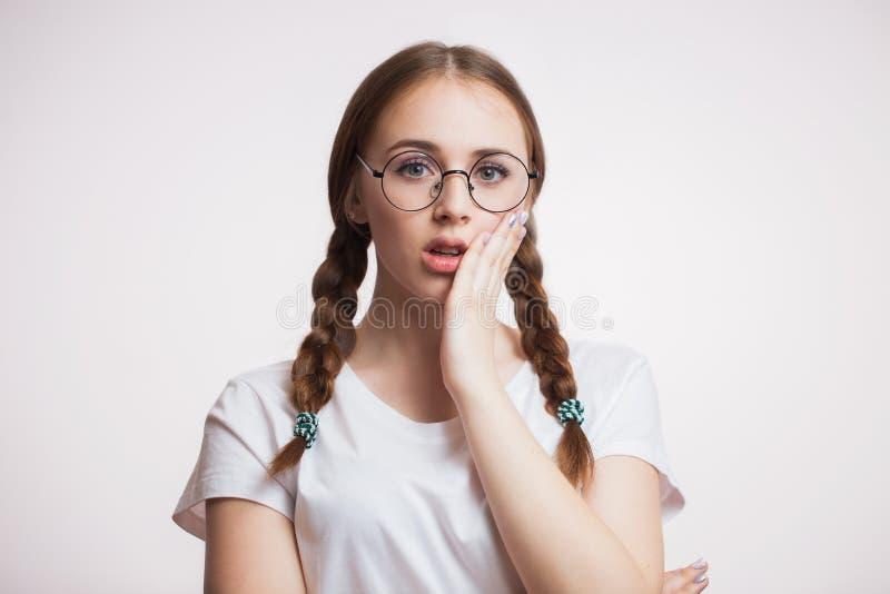 牙问题 妇女感觉牙痛 遭受强的牙痛的美丽的哀伤的女孩特写镜头  牙齿健康和关心骗局 免版税库存照片