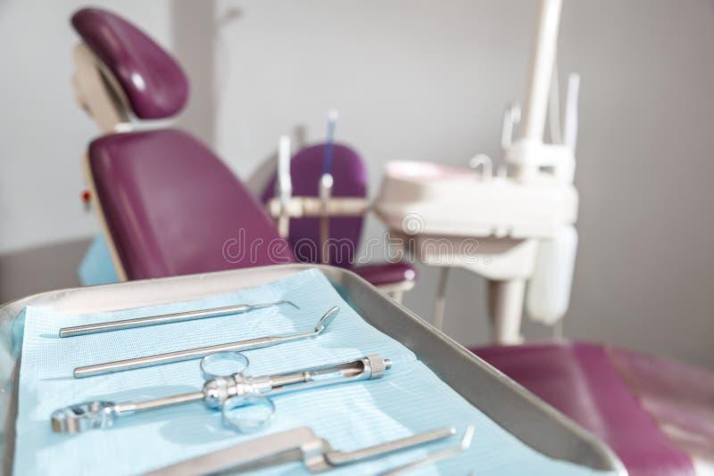 牙齿仪器和工具在牙医办公室 免版税库存照片