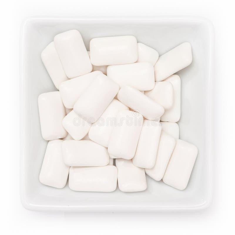 牙齿保护的木糖醇泡泡糖在碗 免版税库存图片