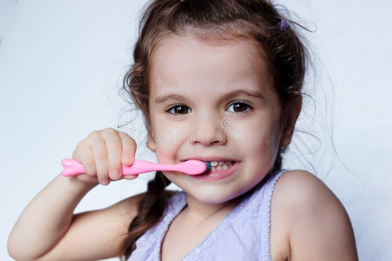 牙齿保护-小女孩由牙刷的清洁牙 免版税库存照片